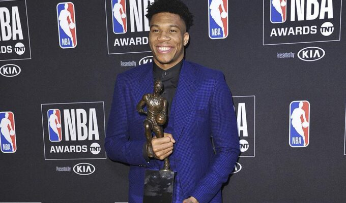 Giannis Antetokounmpo distributes boxes of food in Sepolia to those needing support 3