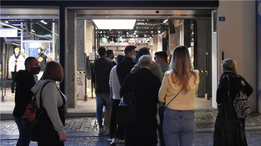 'Chaos' and huge queues as citizens rush to the shops ahead of lockdown