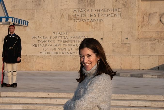 Bestselling British author Victoria Hislop explains in Greek why bookshops should be open