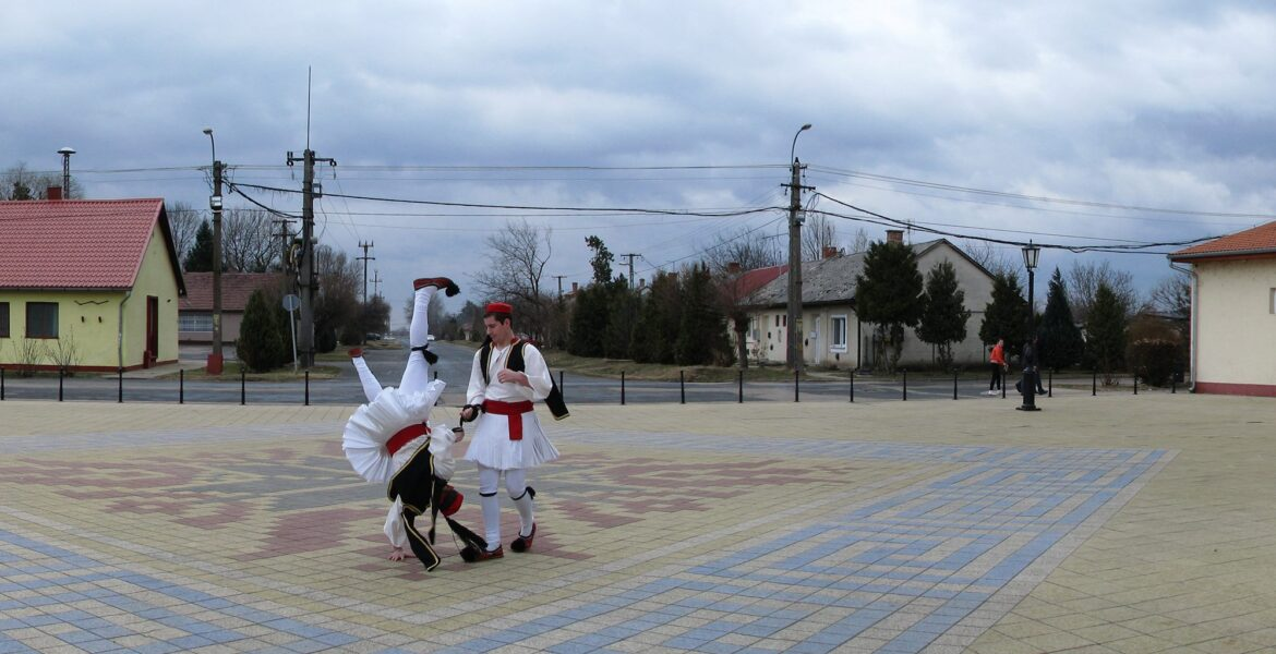 """The unknown Greek village in Hungary: """"We wear a mask with the Greek flag and we are applauded"""" 1"""