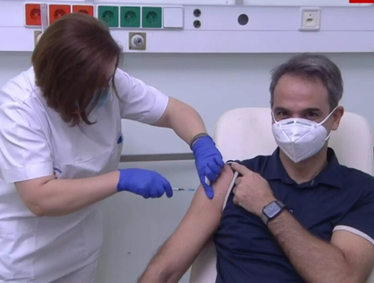 Prime Minister among the first to receive COVID-19 vaccine in Greece (VIDEO) 2