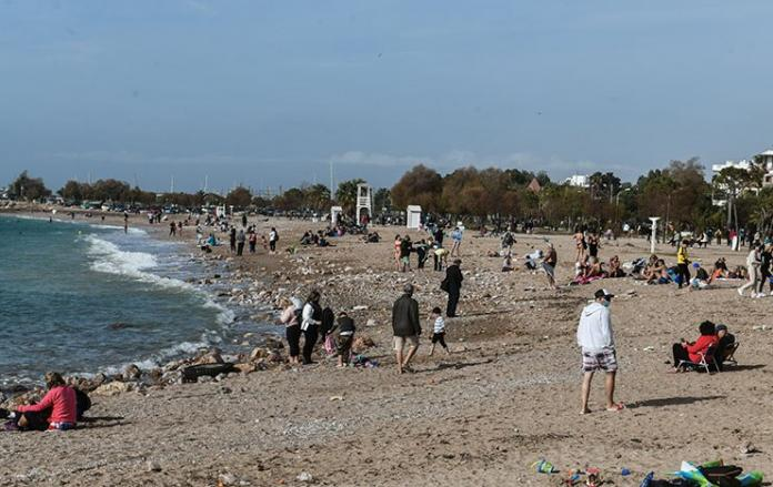 Warm weather draws crowds to beaches despite lockdown