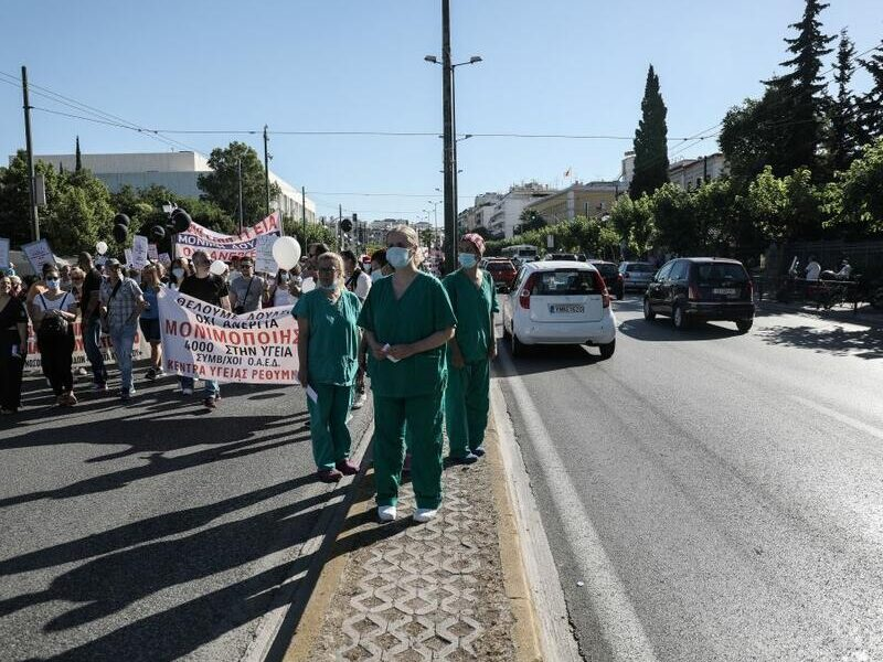Doctors protest 'suffocating' conditions in Covid-19 wards