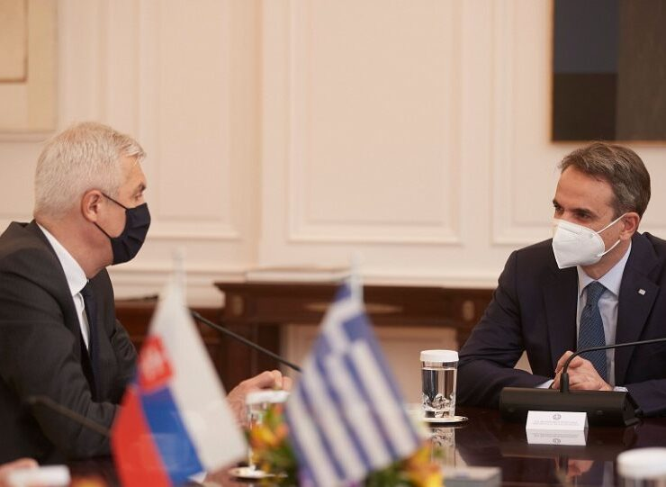 Prime Minister Kyriakos Mitsotakis with Slovakian Foreign Minister Ivan Korčok on April 21, 2021 in Athens.