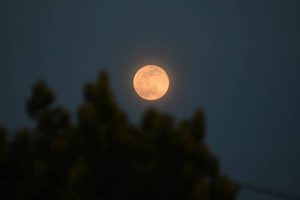 039;Pink supermoon' glows over Greece