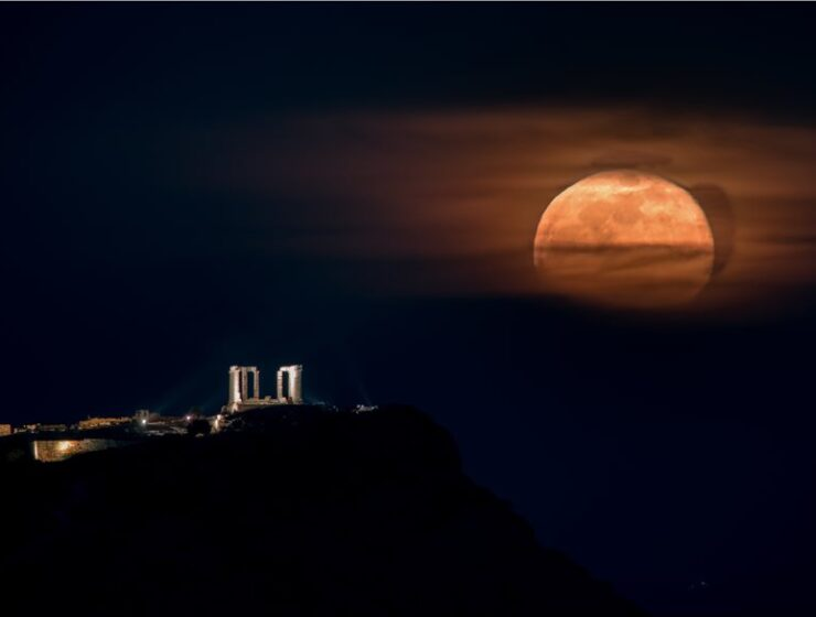 Spectacular photos of the 'pink' supermoon