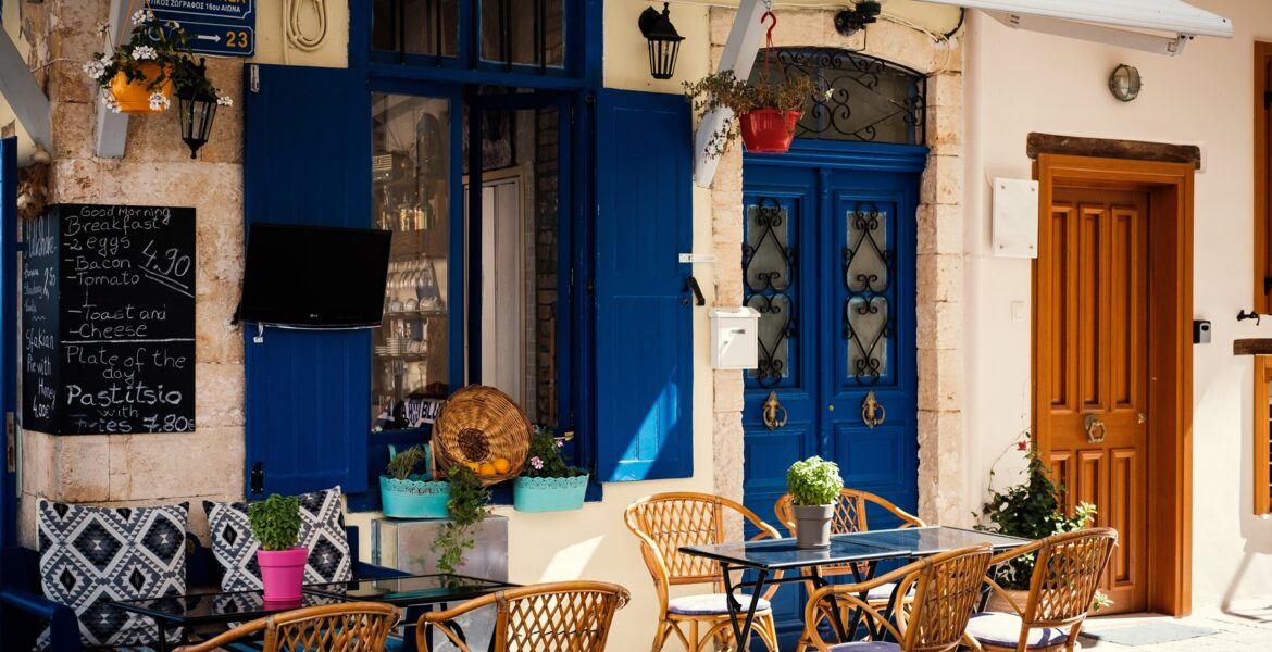 Restaurants, bars and cafes in Greece to reopen after Easter