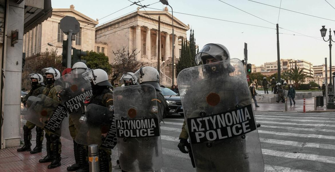 Police in Greece set to wear ID badges