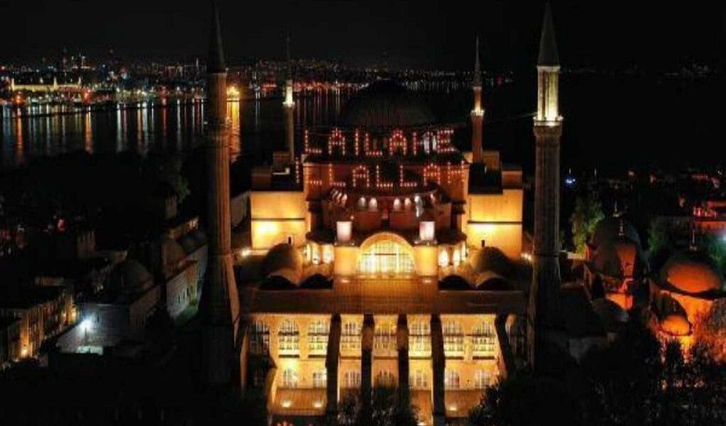 """Hagia Sophia illuminated with """"There is no God but Allah"""" banner"""