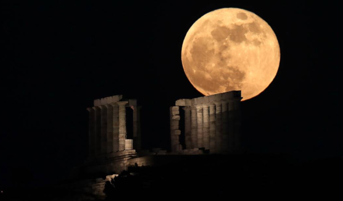 Incredible images of the 'Super Blood Moon' in Greece's night sky