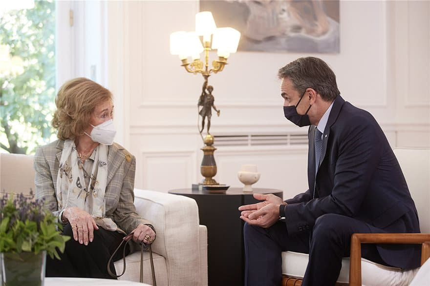 Mitsotakis meets with Greek-born Queen Sofía of Spain (PHOTOS) 1