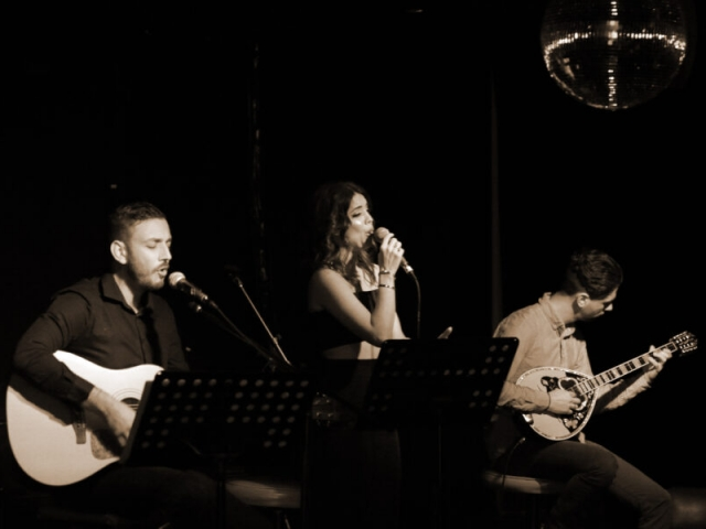 A Night at the Old Boite (μπουάτ) 19