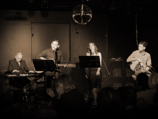 A Night at the Old Boite (μπουάτ) 27