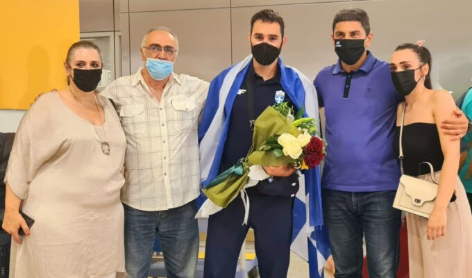 Hero's welcome for Greek weightlifter who moved a nation 6