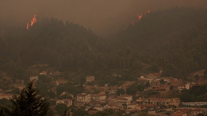 Wildfire on Evia at a close distance from the town of Istiea 2