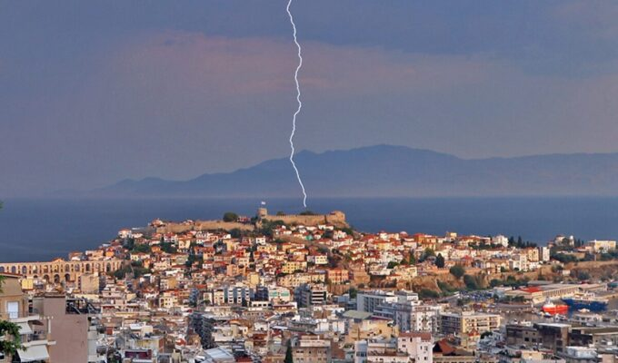 Lightning strike in the middle of the day kills man in Kavala 3