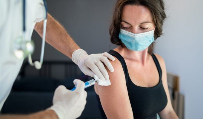 Italian nurse faked injecting vaccine into her anti-vaxxer relatives so they secure Green Pass 14